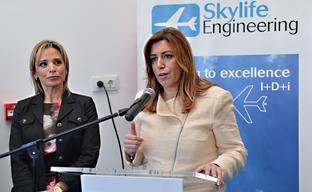 Susana Díaz en una visita a la empresa aeronáutica Skylife Engineering